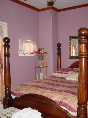 La Belle de la Riviere Bed and Breakfast : Bed in suite