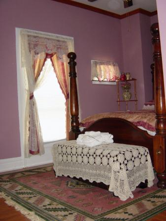 La Belle de la Riviere Bed and Breakfast : Bed with window