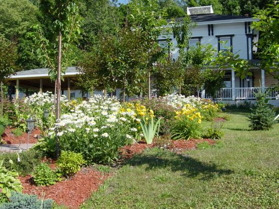 La Belle de la Riviere Bed and Breakfast : Landscaping leading up to porch