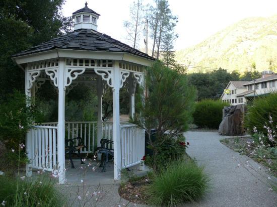 Cedar Lodge: De l'autre côté de la route
