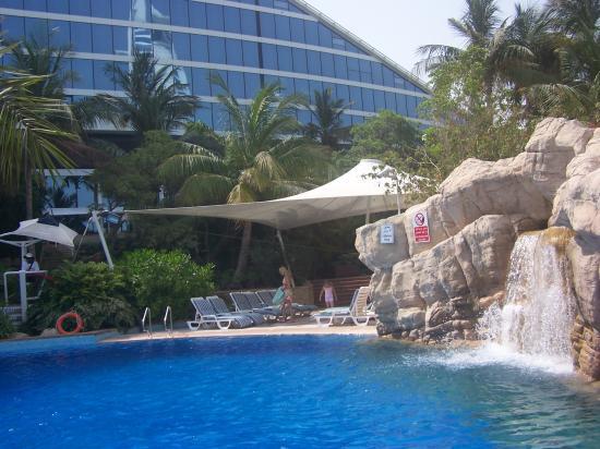Jumeirah Beach Hotel: Side of general pool
