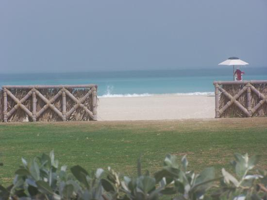 Jumeirah Beach Hotel: View of sea on walking to the Exec poool