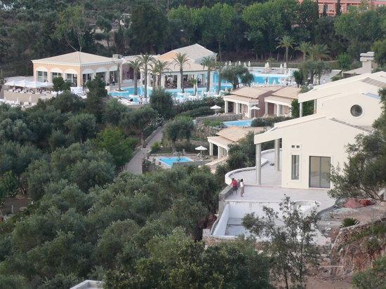 Grecotel Eva Palace: Vue de l'hotel depuis le resto voisin