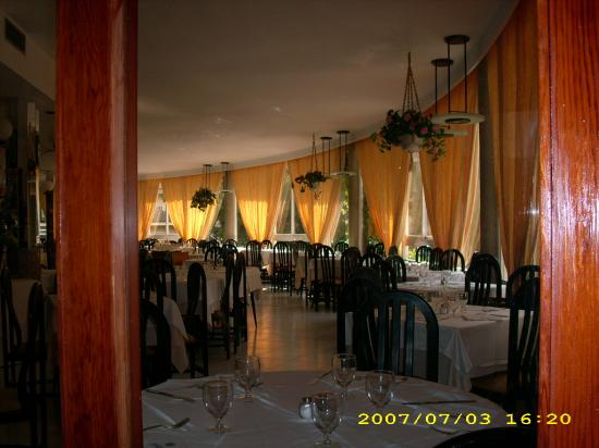 Hotel Pinero Tal: Dining room..overlooking the pool...above the bar area