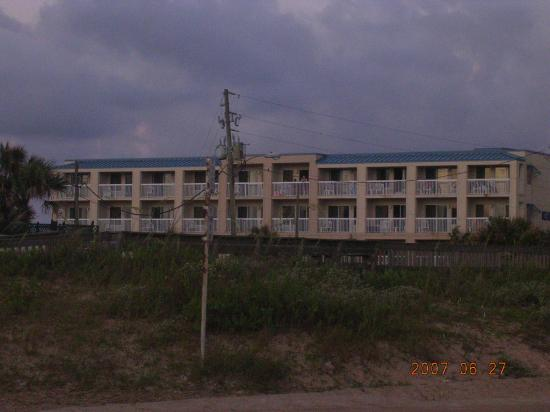 Oceanview Lodge: looking at hotel from the ocean
