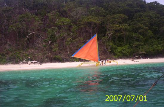 Yapak Beach (Puka Shell Beach): a beutiful contrast of colours  on viewed from our rented boat as we sail away