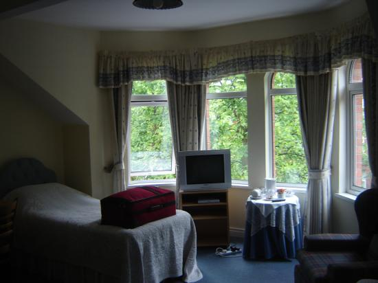 Avenue Guest House: Our spacious room