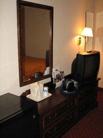 Quality Inn, Mount Airy: fridge, desk, and credenza
