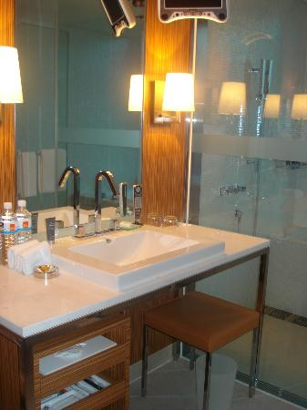 Hotel One Taichung: Bathroom with a flatscreen TV monitor in the upper righthand corner