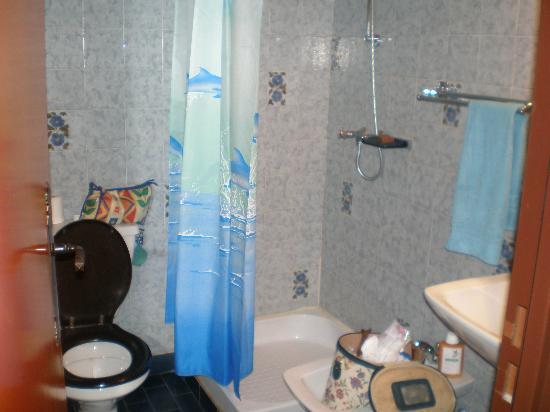 Hotel Le Chinfrey: En suite facility - tiny!