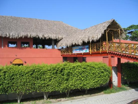 Las Hojas Resort & Club: Main Restaurant and bridge over beach road