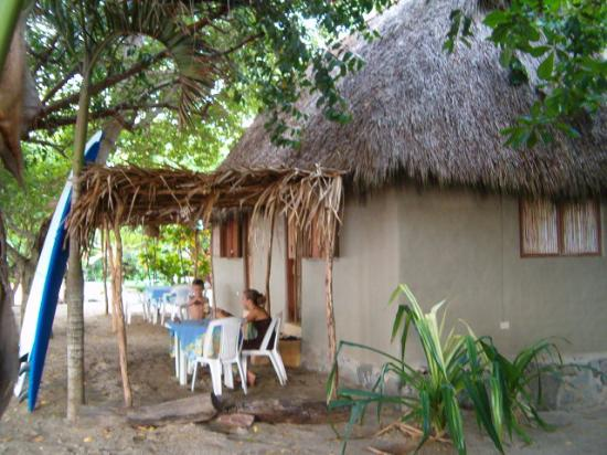 Junto al Rio Beachfront Bungalows and Suites: Gilligan's Island like.