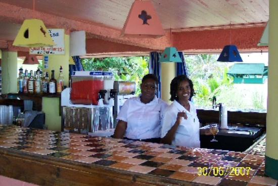 Samsara Cliffs Resort: Poolside bar with Yvette and Ivy