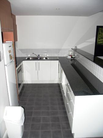 Bentley Suites : Kitchen