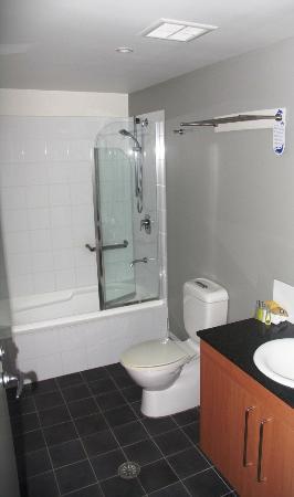 Bentley Suites: Bathroom