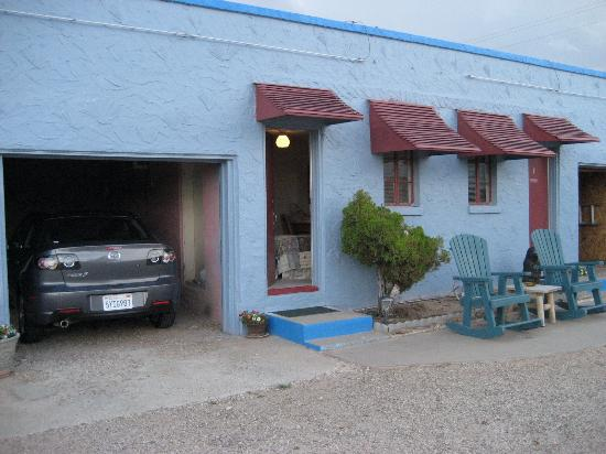 Blue Swallow Motel: Outside Room #3, with covered parking and rocking chairs