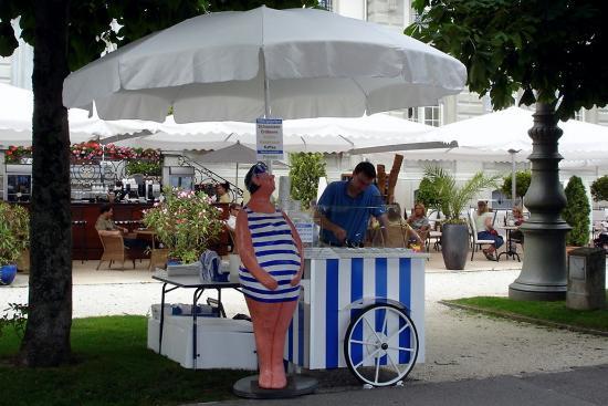 Grand Hotel National: ice cream vendor on the promenade
