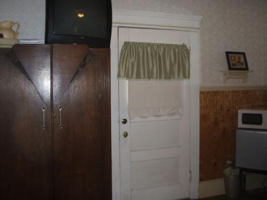 Arbor House Inn: TV & microwave