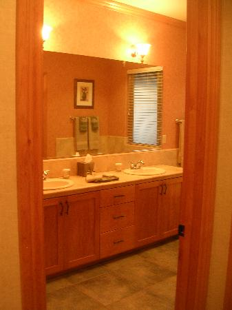 Bailey Creek Cottages #3 and #6: Bathroom