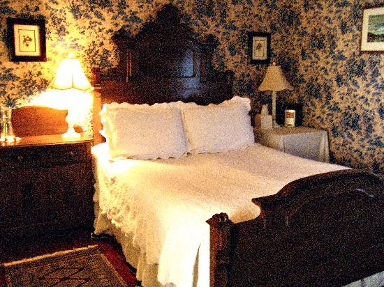 A Yellow Rose Bed and Breakfast: Plush bed with comfortable and clean sheets and covers