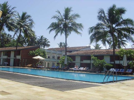 Avani Kalutara Resort: Relaxing pool area