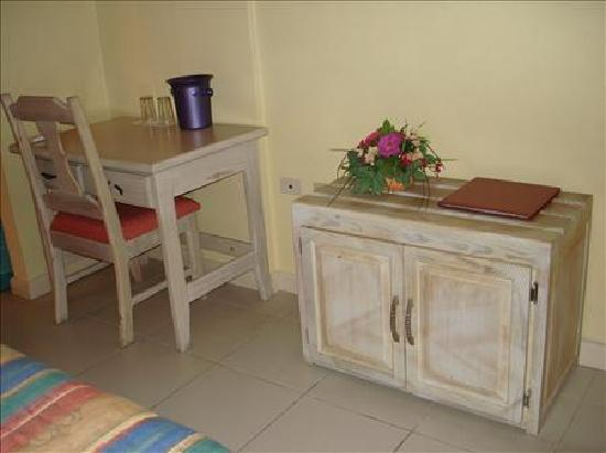 Chaconia Hotel: Table
