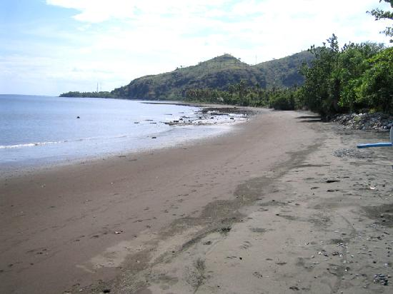Matahari Beach Resort & Spa: beach with black sand