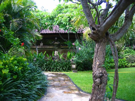 Matahari Beach Resort & Spa: path to bungalow