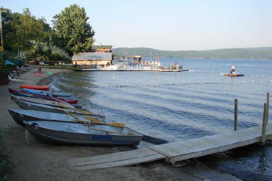 Trout House Village Resort: beach & boats