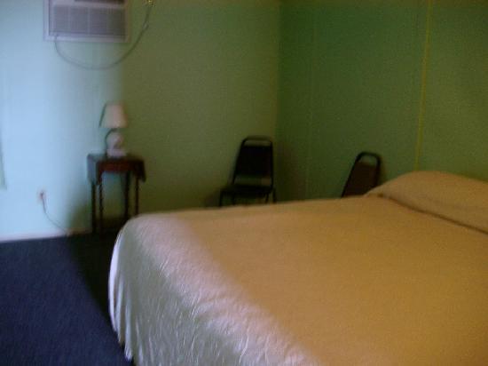 Half Moon Motel & Cottages : Bedroom