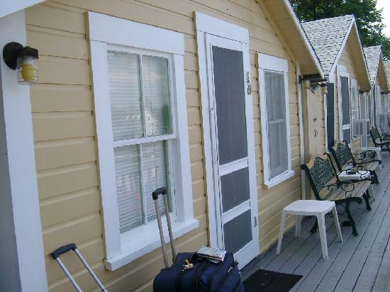 Half Moon Motel & Cottages : Front of Cottage