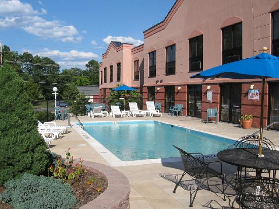 Quality Inn & Suites: Swimming Pool at Comfort Suites