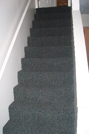 Traverse Bay Inn: Stairs leading to upstairs bedroom