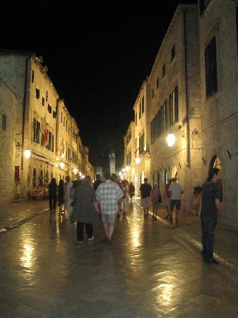 Villa Adriatica : night in the town