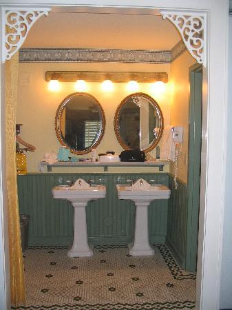 Disney's Port Orleans Resort - French Quarter: The Bathroom area