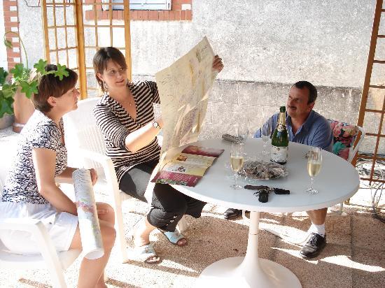 Aux Quatres Saisons : Stephanie and Fiore explain the different wine regions