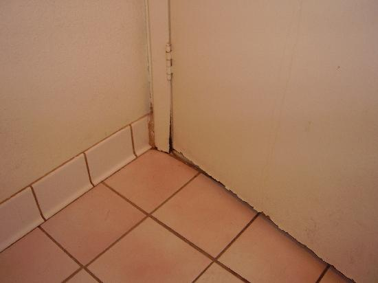 Days Inn Silver Spring: View of interior side of rotting bath door