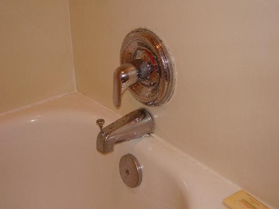 Days Inn Silver Spring: shower faucet  was operable, but with broken trim