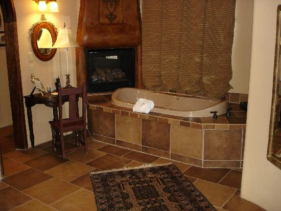Adobe Grand Villas: Jacuzzi Tub and Fireplace