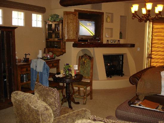 Adobe Grand Villas: Fireplace in Room