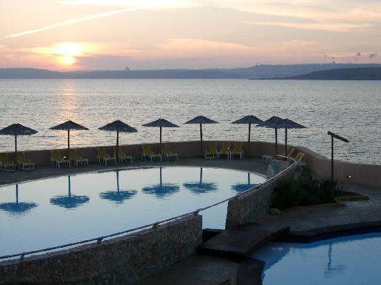 Ramla Bay Resort: Sunset over Gozo and Comino from Alang Alang restaurant