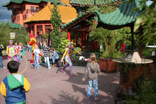 Freizeitpark Phantasialand: characters playing with the kids