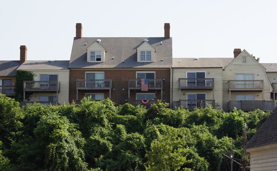 York River Inn Bed and Breakfast: view of the B & B from Yorktown Beach