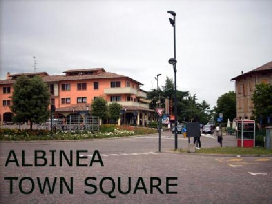 Hotel Garden Vigano: Albinea Town Centre is a 5 minute walk (through a park) from the Hotel