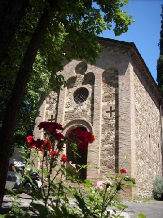 Hotel Garden Vigano: The Chapel right outisde the Hotel's entrance - just beautiful!