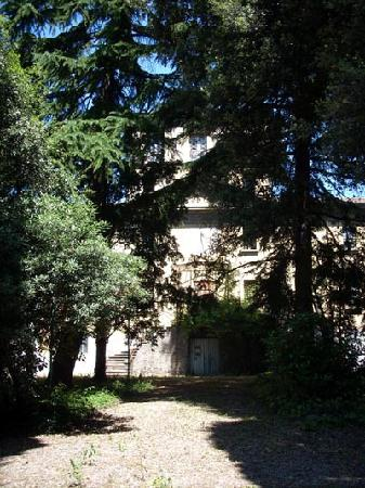 Hotel Garden Vigano: The front of Villa Enrichetta an old, unoccupied villa in the grounds of the Hotel