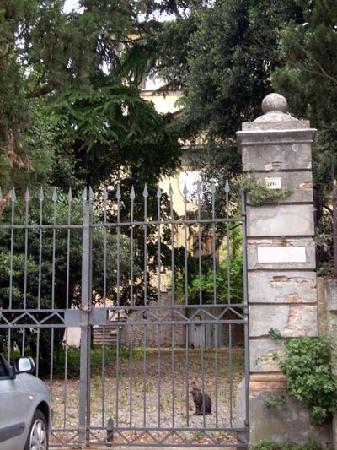 Hotel Garden Vigano: Looking through gates towards the old villa