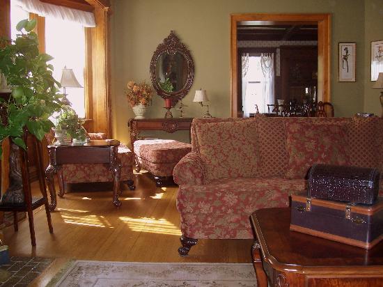 Honeybee Inn Bed & Breakfast: Morning Sunshine in the Parlor
