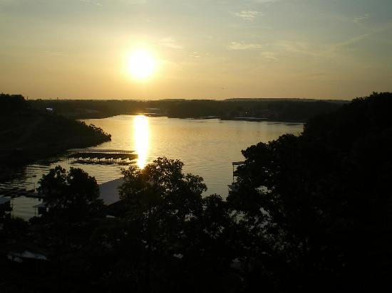 Inn At Grand Glaize: Sunrise over the lake from our balcony