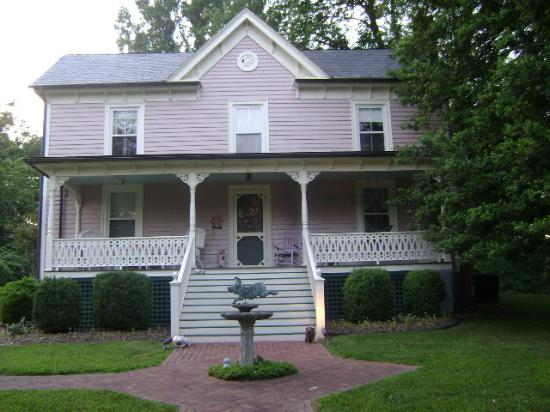 White Pig Bed and Breakfast: The new colors of the White Pig B&B